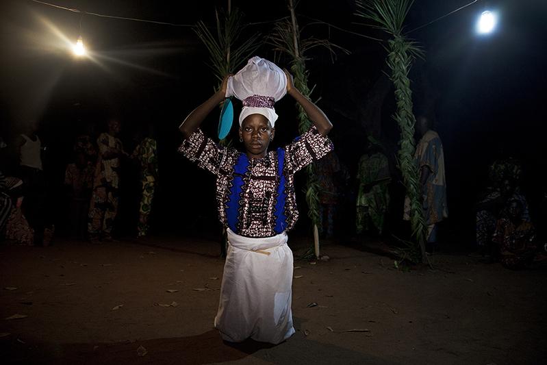 La sortie d'Oro Efe, la vedette des Guèlèdè, est précédée de l'arrivée d' 'Arugba'. Dans sa calebasse, la puissance mystique et la connaissance de nos mères, 'Awon Iya'. Ofia, Bénin, 2017. ©Laeïla Adjovi