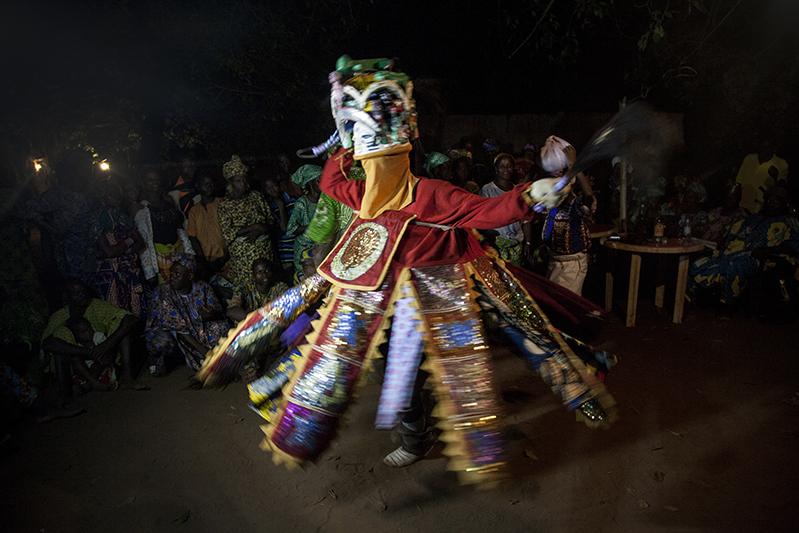 Efe est le Guèlèdè le plus incontournable. Il serait à la fois humain et divin. Ses chants peuvent être louanges ou satire sociale, mais portent toujours un message fort à la communauté. Ofia, Bénin, 2017. ©Laeïla Adjovi