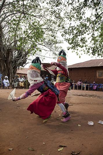Jean Idohou, 14 ans, et Germain Abiodoun, 12 ans sont danseurs Guèlèdè depuis plusieurs années déjà, coachés par un des animateurs culturels les plus connus de Kétou, Clement Laleye. Ofia, Bénin, 2017. ©Laeïla Adjovi