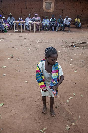 Entre deux danses, une petite fille entre dans l'arène, sous les applaudissements. Ofia, Bénin, 2017. ©Laeïla Adjovi